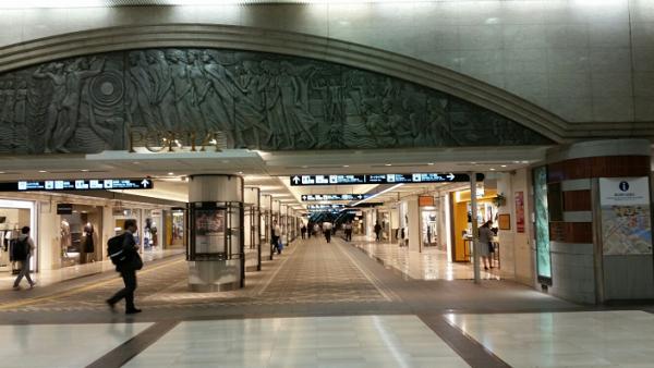 横浜駅ポルタ地下街からきた東口に向かう