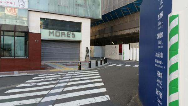 横浜駅西口のモアーズ前
