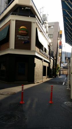 横浜駅きた西口、フレッシュネスバーガーの角