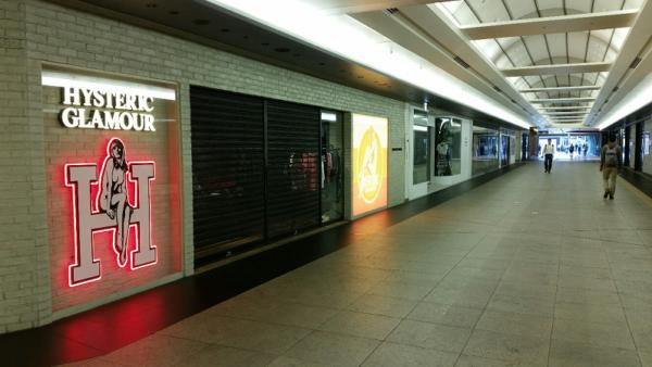 横浜駅の相鉄線改札からジョイナスの通り抜け通路を抜けてきた東口へ