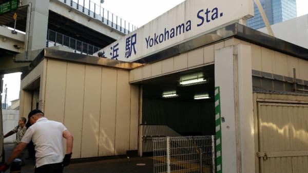 横浜駅の相鉄線改札からきた西口を抜けてきた東口へ