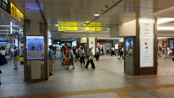 横浜駅地下鉄ブルーライン改札から東口へ(中央通路前)