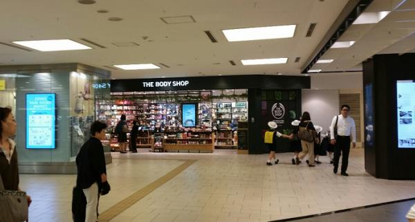 横浜駅地下鉄ブルーライン改札から東口へ