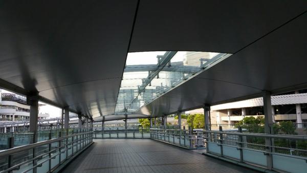 横浜駅きた東口Aにある横浜ベイクォーターへつながるベイウォーク