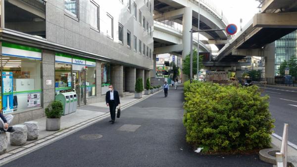 横浜駅きた東口Aから国道沿いに進む