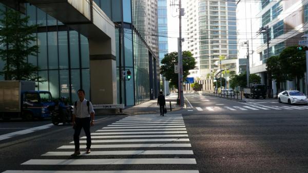 横浜駅きた東口の国道1号線、金港町交差点を横断