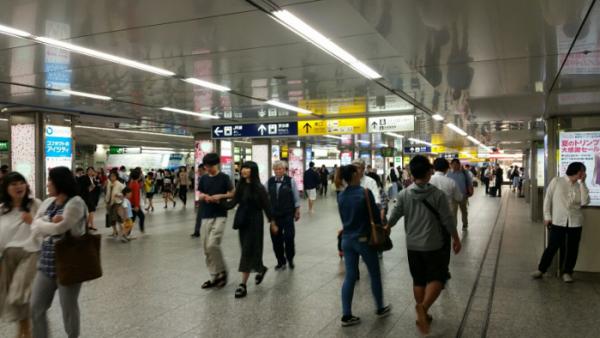 横浜駅の人混みがすごい中央通路