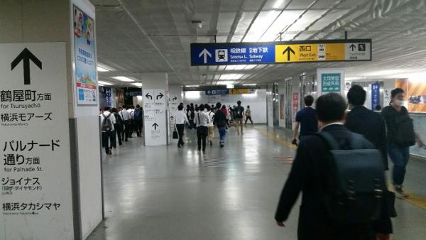 横浜駅西口の天井の低いスペース