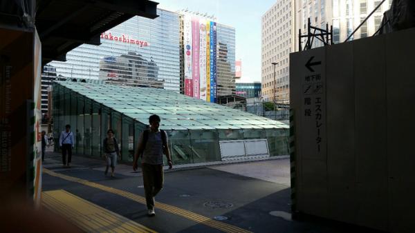 横浜駅西口の高島屋前