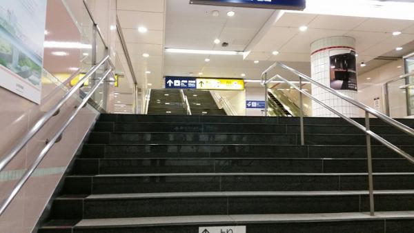 横浜駅の東横線の階段