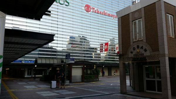 横浜駅西口の交番前