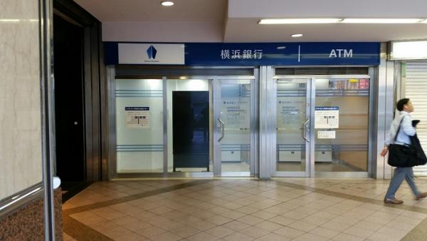 横浜駅西口の横浜銀行のATM前