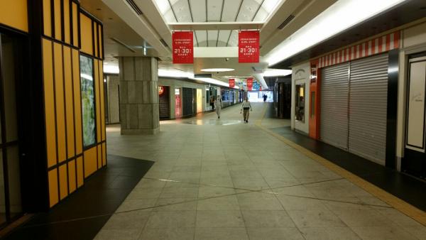 横浜駅の地下鉄から通り抜け通路を通って西口へ向かう