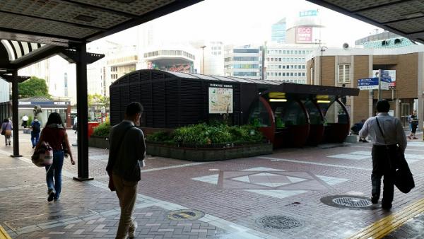 横浜駅の地下鉄から西口の交番前に