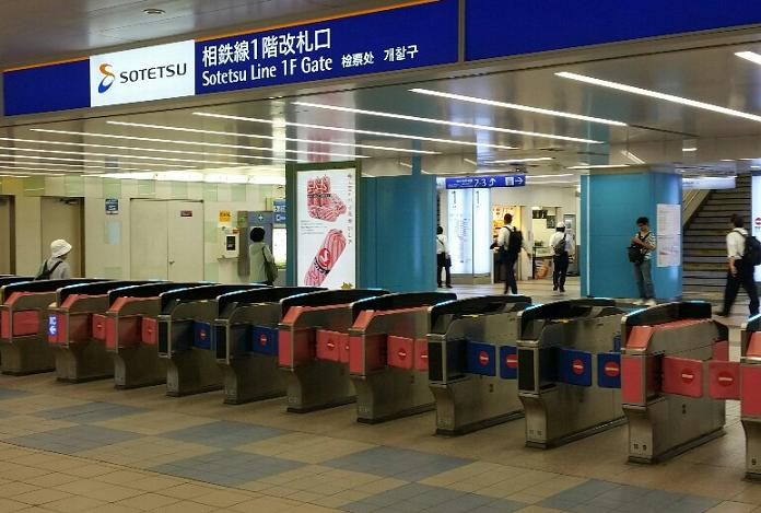 横浜駅の相鉄線1F改札から西口へ向かう