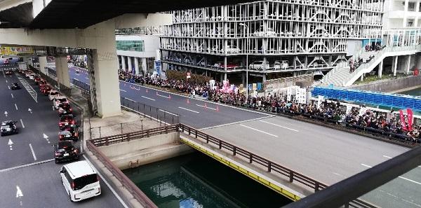 横浜ベイクォーターにつながるベイクォーターウォークから箱根駅伝を眺める