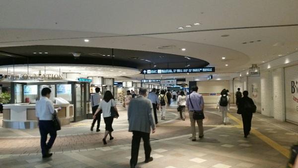 横浜駅東口、ポルタ地下街への入り口からそごうへ向かう