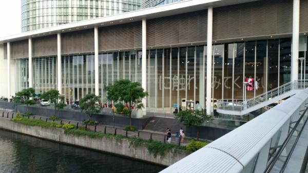 横浜駅東口の日産ギャラリー