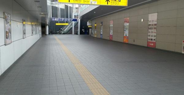 横浜駅きた東口A前の通路