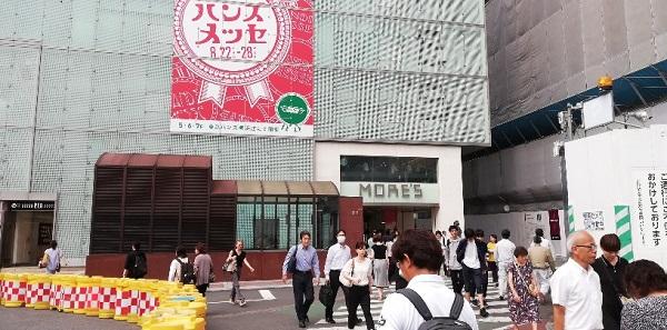 横浜駅の西口、モアーズ入り口