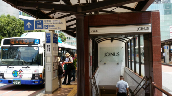 横浜駅西口バス乗り場降りて、西口へ