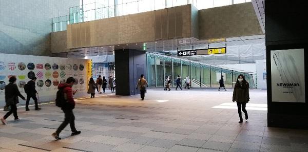 横浜駅西口のnewman前の吹き抜け