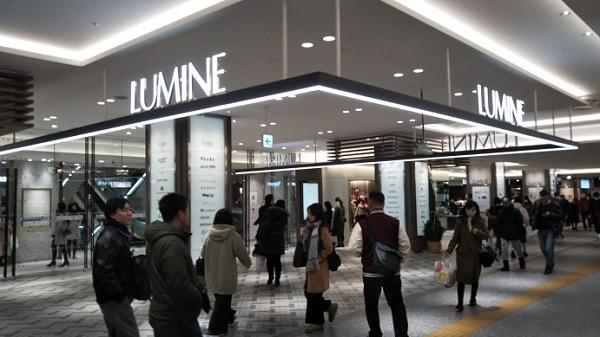 横浜駅東口のルミネ前
