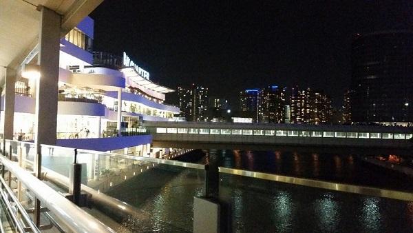 横浜駅きた東口Aにある横浜ベイクォーターへつながるベイウォークから見える景色