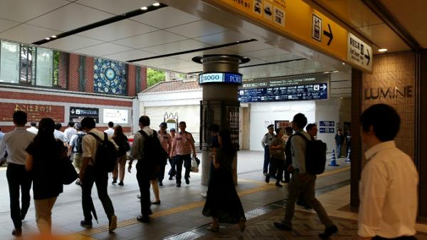 横浜駅東口の地下エリア(ポルタ地下街入り口)