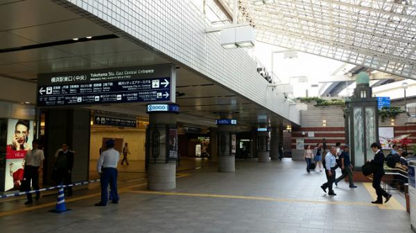 横浜駅東口のポルタ入り口
