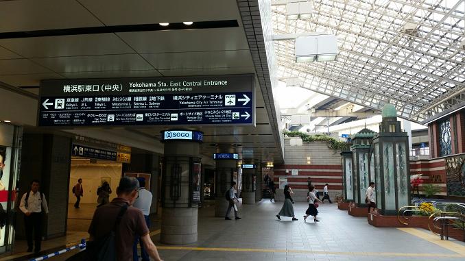 横浜駅東口のポルタ地下街入り口