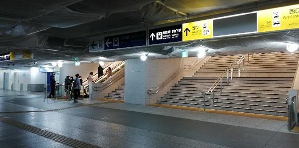 横浜駅西口へ向かう階段
