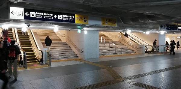 横浜駅の西口前の階段