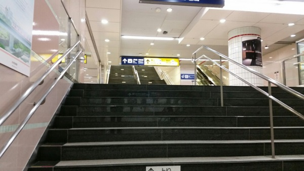 横浜駅の東横線から西口へ向かう