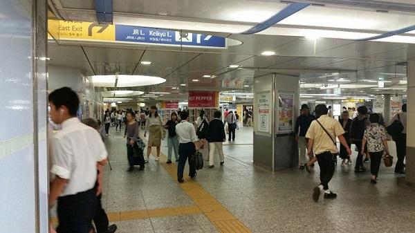 東横線横浜駅改札から中央通路へ出たところ