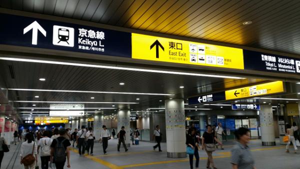 横浜駅の南通路を東口へ向かう