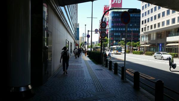 横浜駅西口から横浜ビブレに向かう