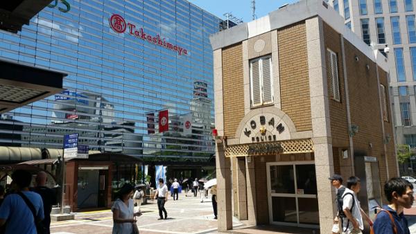 横浜駅西口の交番と高島屋