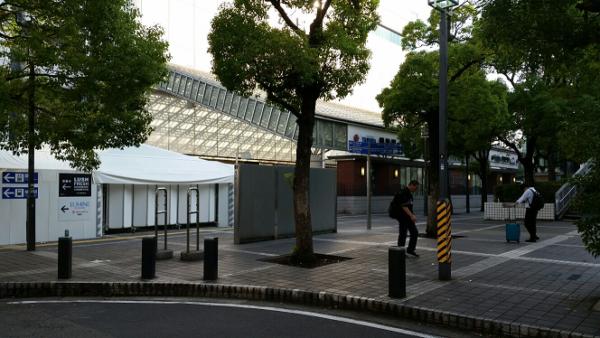 横浜駅東口の地上からそごうへ向かう