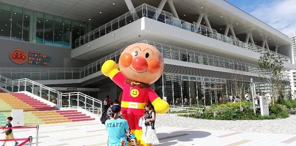 アンパンマンミュージアム横浜の入り口とアンパンマンとの記念写真を撮ってる人