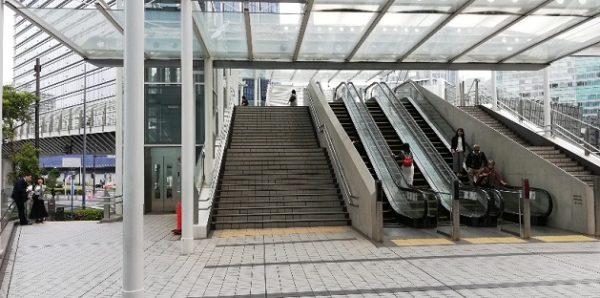 日産ギャラリービル出口の階段