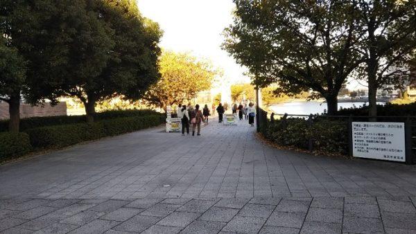 桜木町駅から汽車道へ入る