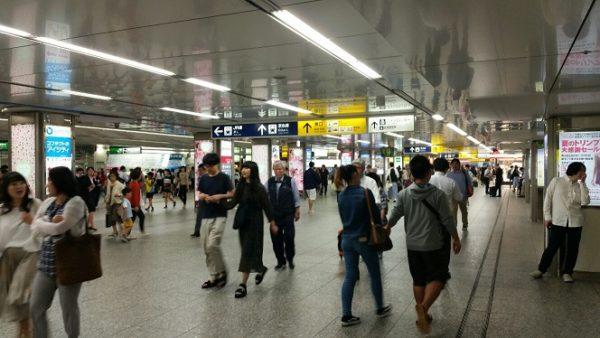 横浜駅の中央通路