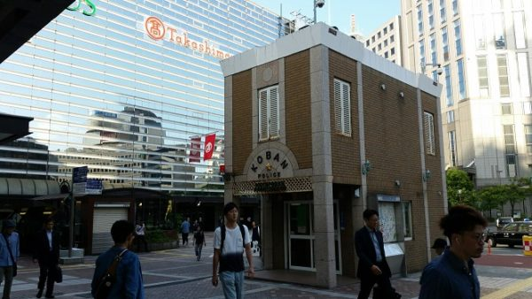 横浜駅西口の地上、交番前