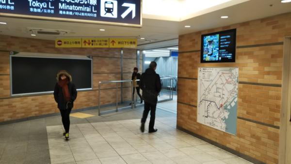 横浜駅相鉄線2F改札から中央通路へ向かう