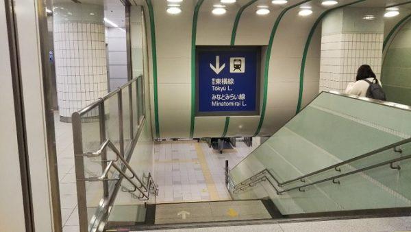 横浜駅東横線へ向う