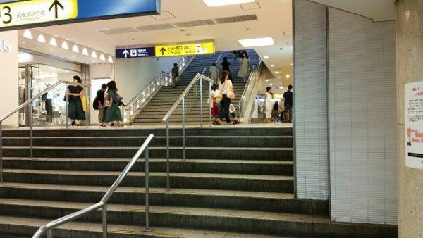 ブルーライン改札前の階段