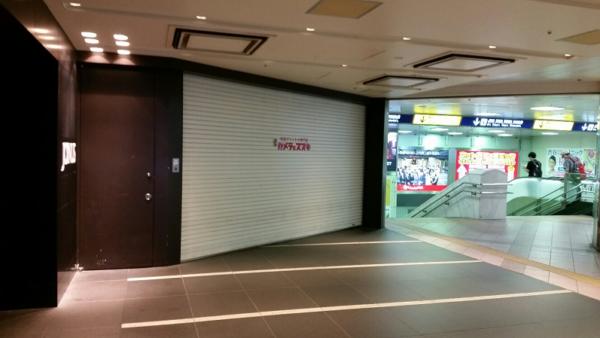 横浜駅みなみ西口のカメラ屋さんの前