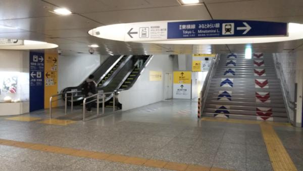 横浜駅中央西口端っこのエスカレーター