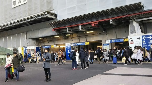 横浜駅中央西口前の広場